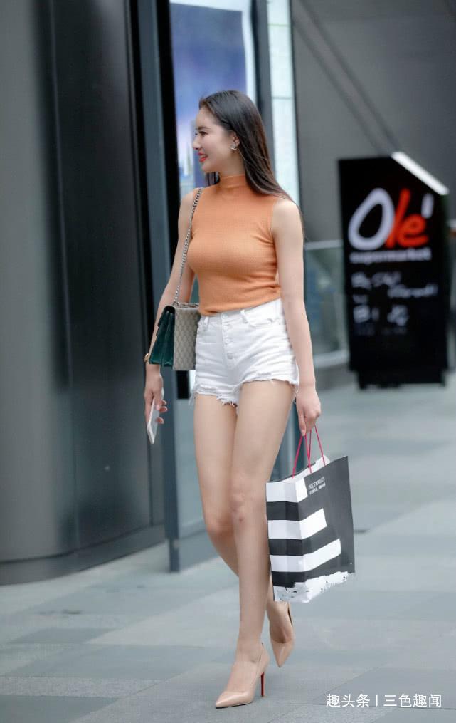 白色短裤配砍袖女上衣搭上一双高跟鞋 轻松变身大长腿