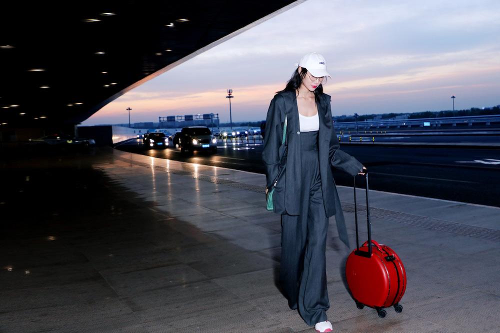李斯羽启程米兰时装周 帅气条纹西装演绎秋日风尚