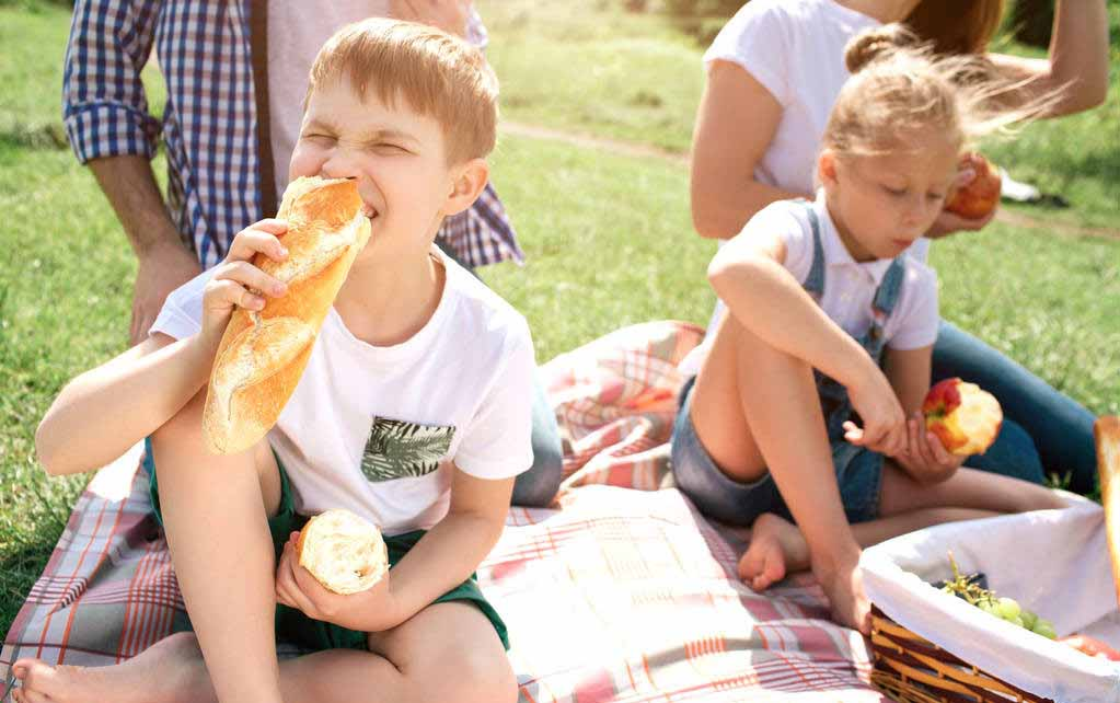 最爱吃的香肠,被妈妈夹走了,孩子的反应亮了