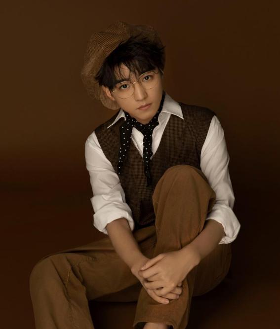 王俊凯20岁生日许愿场景,谁注意到他的生日蛋糕助理有心了!