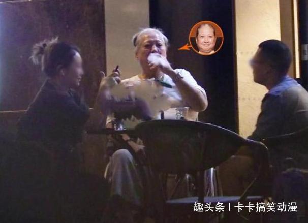 67岁洪金宝现身北京,头发花白抽雪茄,脖子上大金链抢镜