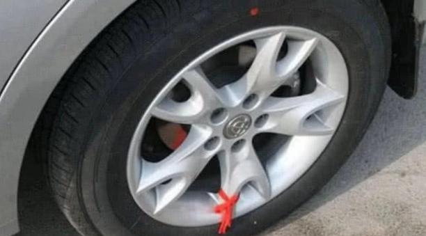 """老司机为什么一定要避让""""系红绳""""的车?别说你还真不知道"""