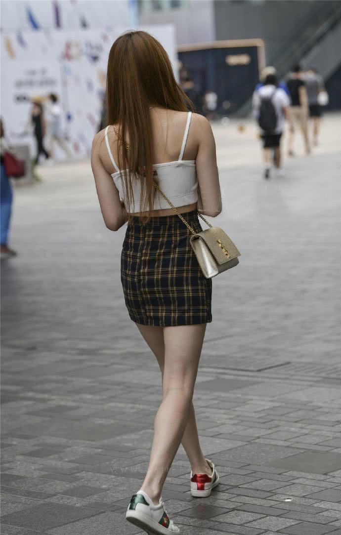 时尚街拍:露脐的运动背心配短裙,一样彰显妹子的纯情和性感
