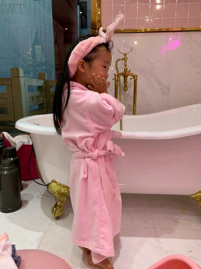 3岁小米粒穿粉色睡衣享受特级服务,伊能静这是要培养小淑女