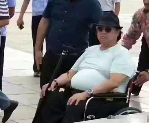 四大功夫巨星现状:洪金宝坐轮椅,李连杰病重,唯有他豪车加美女