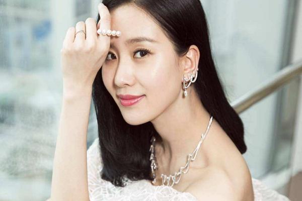 刘诗诗现身机场,完美搭配惹人爱,吴奇隆参加邻居婚礼被认出