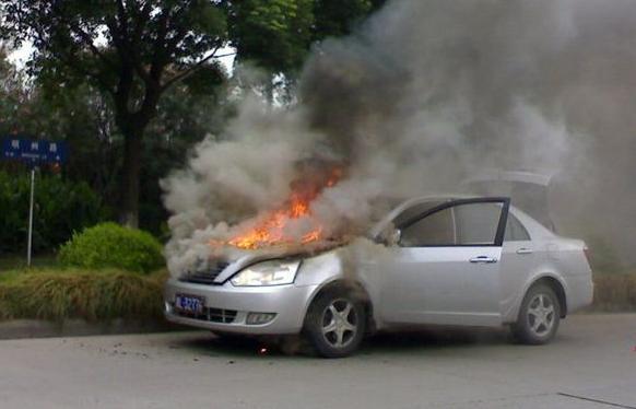 汽车自燃其实跟气温高没关系,主要是车上这3件东西!车主多注意