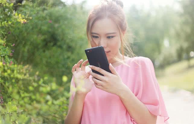 经常熬夜玩手机的女生,多吃3种水果,护眼还美容