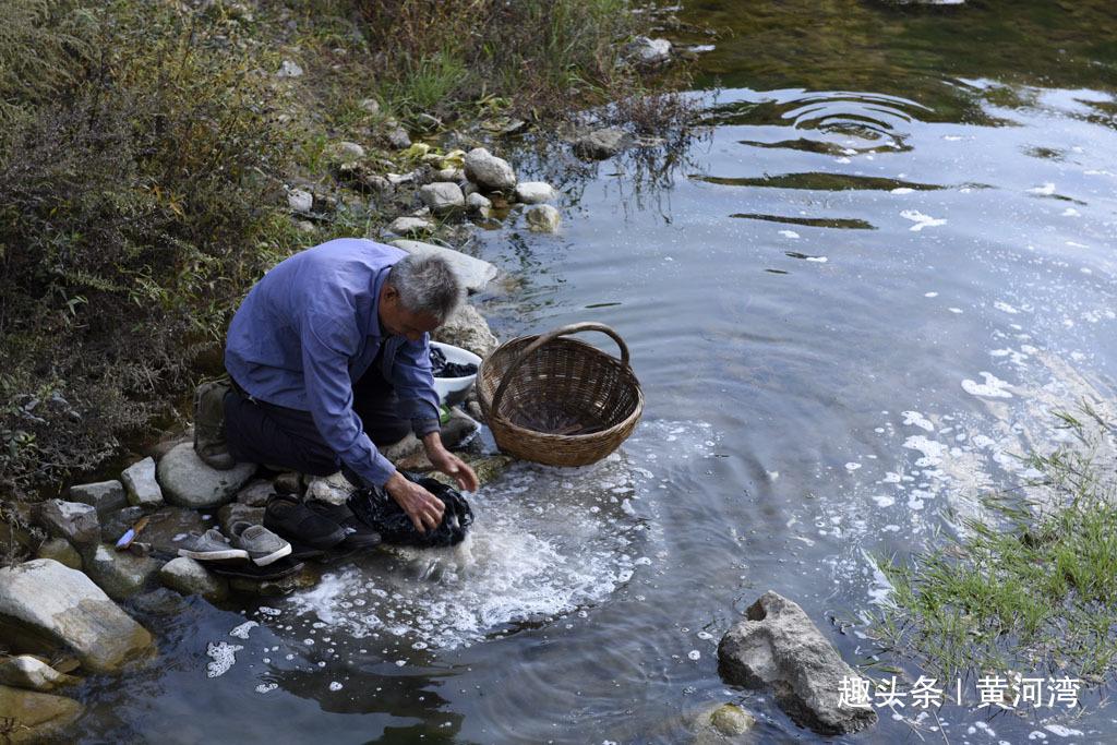秦岭山里63岁老人河里洗衣服、路边打豆子,老伴为啥不干活