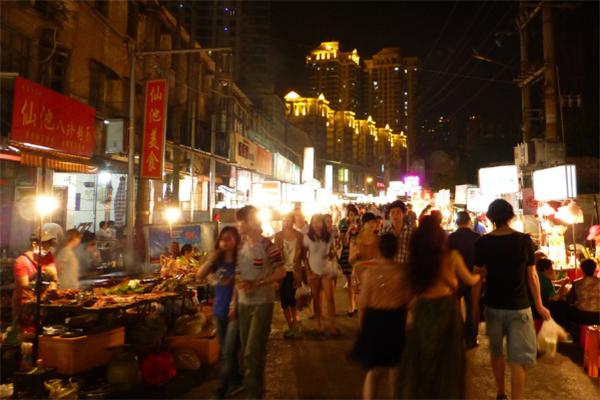 """它是南宁最""""红""""的美食街,平时游客不断,却不被""""本地人""""喜爱"""