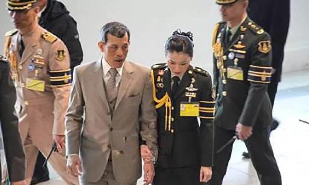 41岁泰国王后度假归来,穿黑皮衣紧身裤勾勒出好身材,私服太飒!