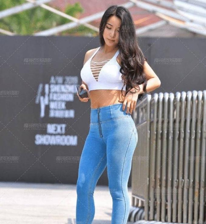 <b>紧身牛仔裤美女身姿妙曼..........</b>
