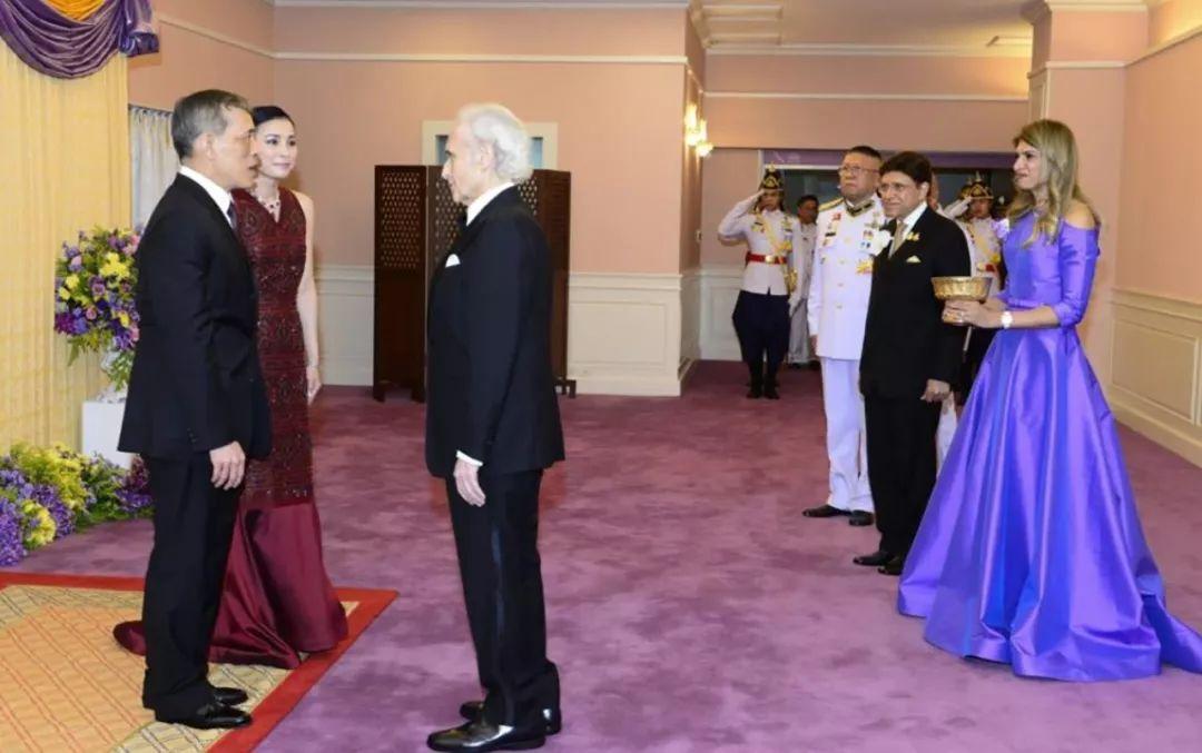 <b>泰国王后盛装观看歌剧,不料国王却在偷瞄身旁美女,本性难移呀!</b>
