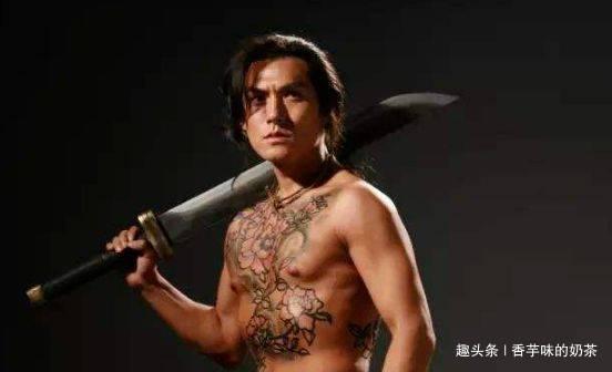 同样是纹身:严屹宽的社会,谢霆锋的炫酷,而他的却是一言难尽