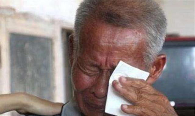 孙女跟爷爷睡觉从来不哭,妈妈知道真相后大骂:你不要脸孩子还要