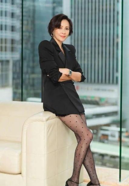 54岁刘嘉玲真开放,穿紧身镂空连衣裙故意穿小号,藏不住傲人身材
