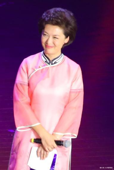 47岁央视主持人海霞穿旗袍参加活动,笑容甜美气质优雅