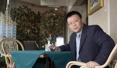 中国最低调亿万富豪帮同学创业意外赚到数百亿,其成就比肩雷军
