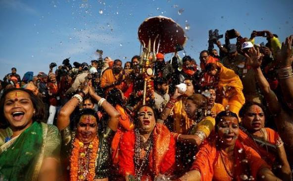 數百萬印度人在恒河內搓澡,還有人嘴里叫喧:我們比歐洲人體質好