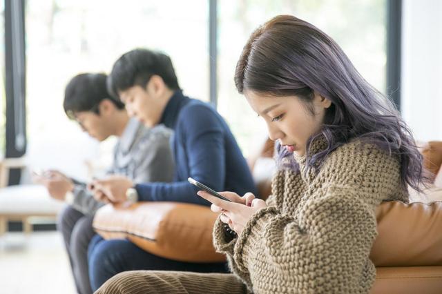 孩子玩手機被拒,對媽媽傲視,還要離家出走,父母該怎么辦?