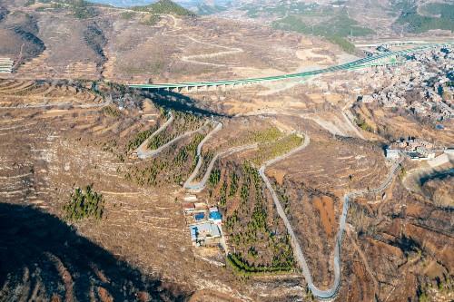 濟南南部山區自駕游,馳騁在蜿蜒的盤山路上,沿途山花爛漫美如畫
