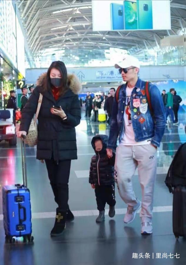 林丹高調走機場,打扮帥氣牽兒子心情好,老婆穿著厚實獨自玩手機