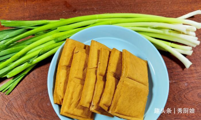 """此菜是""""天然青霉素"""",春天正当季,鲜嫩营养,家人常吃对身体好"""
