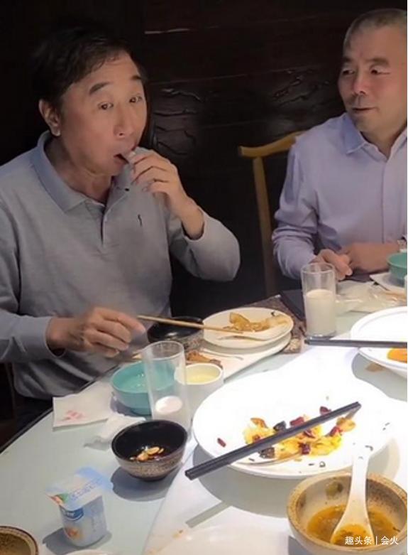 冯巩和老工人酒桌喝啤酒,6人聚餐节俭只吃4个菜,饭局笑声不断