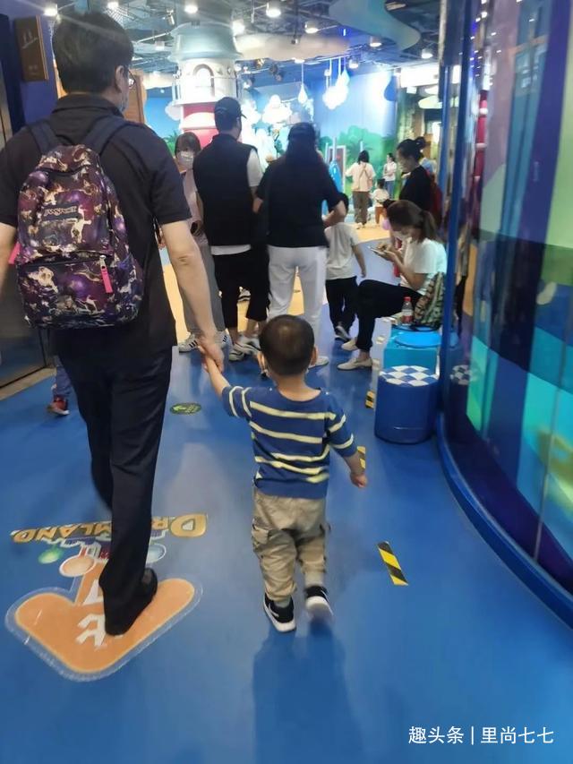 陈思诚带娃游玩,5岁朵朵五五分身材变爸翻版,浪费佟丽娅好基因