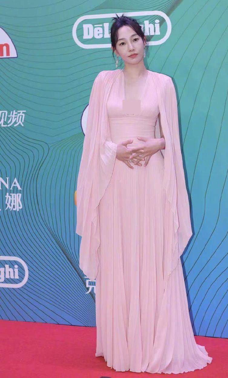 白玉兰,倪妮童瑶穿高定争视后,关晓彤造型被色差和发型扣分?