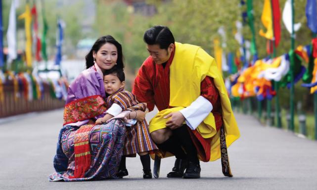 不丹马尾日光都能郁郁寡欢王后黄短袍显肤白