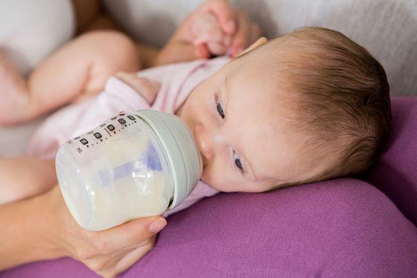 寶寶出現四個動作是在暗示已吃飽,你別再強塞了,寶寶:求放過