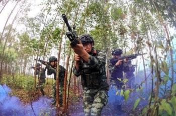 武警廣西總隊欽州支隊開展山林地捕殲戰斗訓練