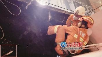 漳州:指揮員石子一扔 隊員瞬間撲上奪刀救人