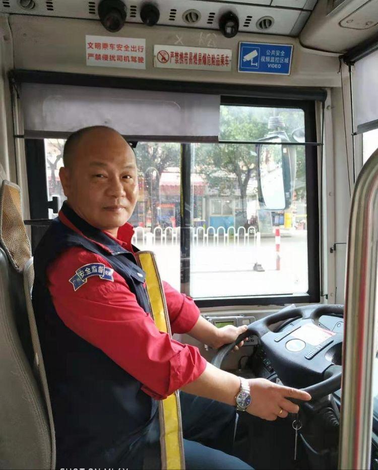 """见行动不便乘客主动搀扶,广州""""雷锋""""公交车"""